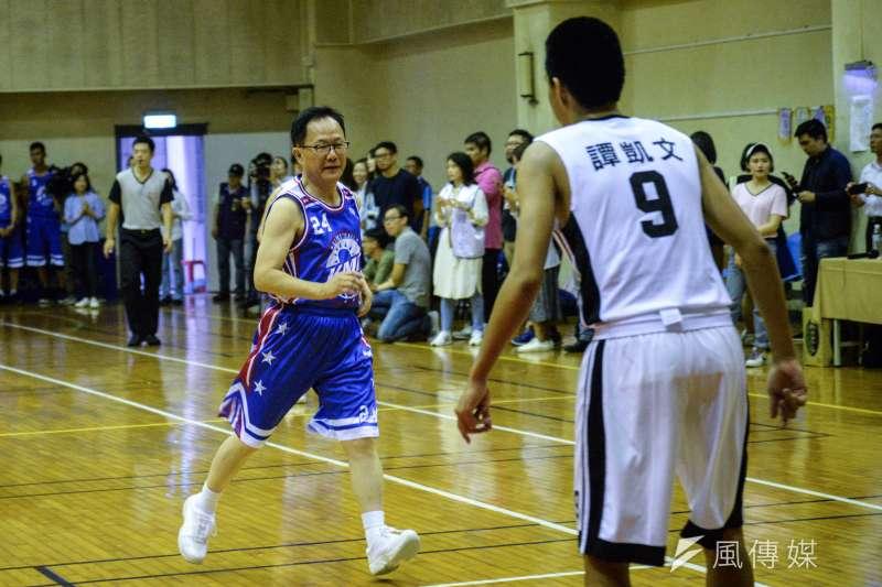 20180926-KMT籃球隊與建中籃球隊比賽,台北市長參選人丁守中於比賽進行一段時間後下場。(甘岱民攝)