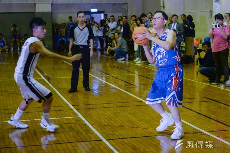 國民黨台北市長候選人丁守中(右)26日在台北市議員鍾小平邀請下,與台北市長柯文哲各自組成籃球隊,首度對決。圖為丁守中在建中球員防守下準備投籃。(甘岱民攝)