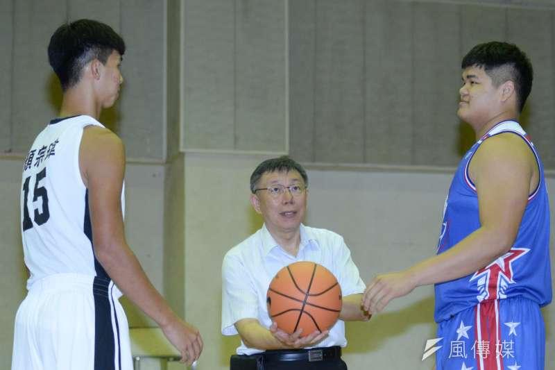 20180926-KMT籃球隊與建中籃球隊比賽,球賽由台北市長柯文哲開球。(甘岱民攝)