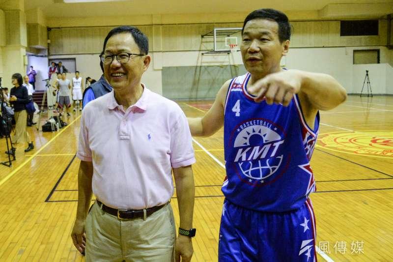 20180926-KMT籃球隊與建中籃球隊比賽,台北市長參選人丁守中抵達球場與台北市議員鍾小平會合。(甘岱民攝)