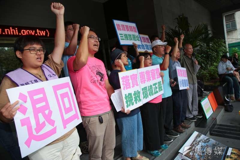 搶救大潭藻礁行動聯盟於環保署前召開「呼籲專業審查,落實環境正義」記者會。(顏麟宇攝)