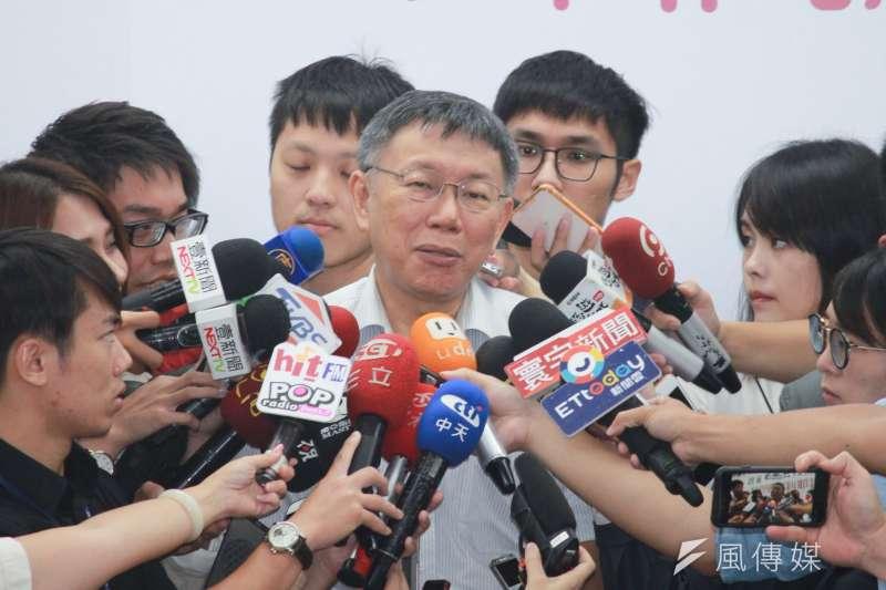 名嘴日前在政論節目指台北市長柯文哲自爆在中國買春,柯文哲26日受訪時無奈表示,「要抹黑抹黃抹紅,手段能不能高一點,這樣打得有點Low,真的受不了。」(方炳超攝)