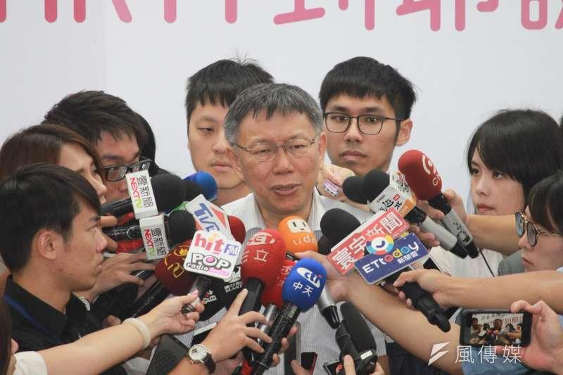 台北市長柯文哲26日出席2018耶誕派對玩台北─台北購物季一起PARTY到耶誕記者會,會後接受媒體採訪。(方炳超攝)