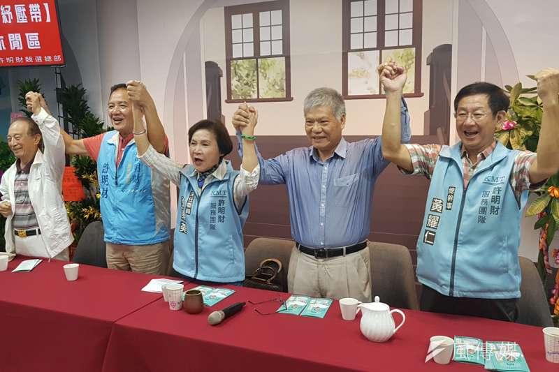 革命實踐研究院長林火旺(右二)為新竹市長候選人許明財(左二)站台助講。(圖/方詠騰攝)