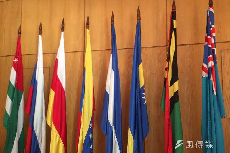 阿布哈茲:給予阿布哈茲外交承認的國家國旗及阿布哈茲國旗(最左)並列(簡恒宇攝)