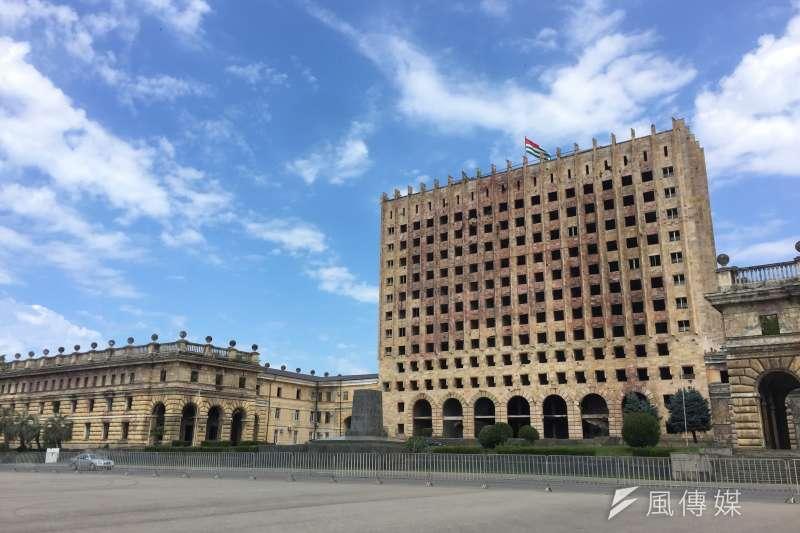 阿布哈茲:首都蘇呼米內的喬治亞行政大樓,戰時遭到轟炸,阿布哈茲保留完整建築遺跡並掛上國旗作為轉型正義(簡恒宇攝)
