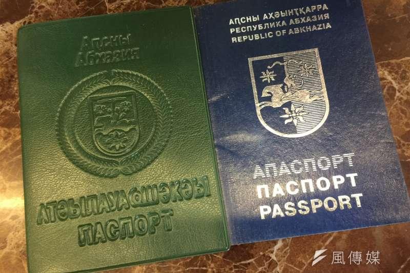 阿布哈茲:護照(右)與身分證(簡恒宇攝)