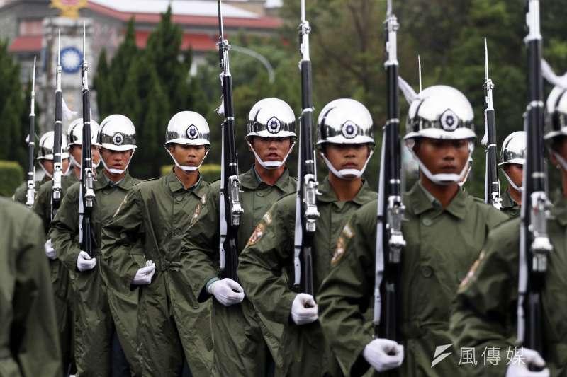 20180928-國慶大會國軍參演部隊28日舉行總預校,儀隊操演過程中,有一位官兵的M1步槍疑似發生故障,最後以空手的方式完成操演,展現儀隊平時精實訓練成果。(蘇仲泓攝)