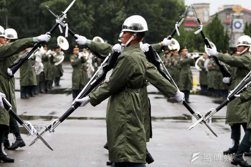國慶大會國軍參演部隊總預校28日登場,三軍儀隊展現整齊劃一的槍法和走位。(蘇仲泓攝)