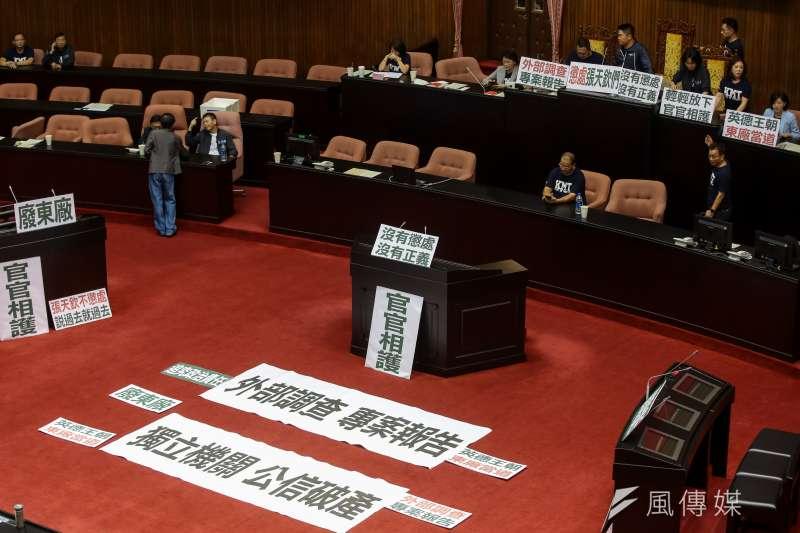 20180928-國民黨立院黨團28日一早便佔領主席台,並擺上「外部調查,專案報告」、「獨立機關,公信破產」等標語。(顏麟宇攝)