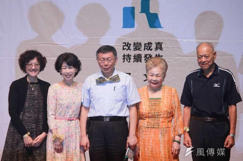 台北市長柯文哲(中)29日成立女性後援會,柯媽何瑞英(右二)、妻子陳佩琪(左二)與市府顧問蔡壁如均到場,而較少露面的柯妹柯美蘭(左一)也到場相挺,圖右一為柯爸柯承發。(方炳超攝)