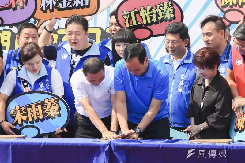 20180930-新北市長參選人侯友宜及新北市長朱立倫一起將手印留於模板上,表示未來市政的傳承。(簡必丞攝)