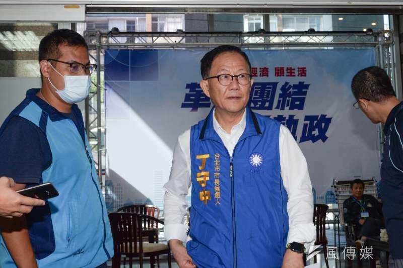 國民黨台北市長參選人丁守中要求柯文哲對「活摘器官」事件講清楚。(甘岱民攝)