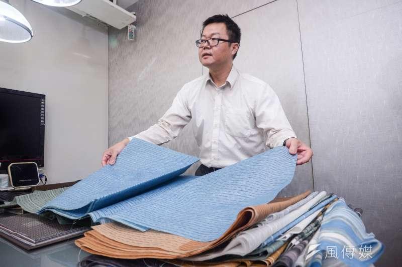 20180928-敦閣織品專訪,敦閣織品經理蔡政穎展示窗簾材料。(甘岱民攝)