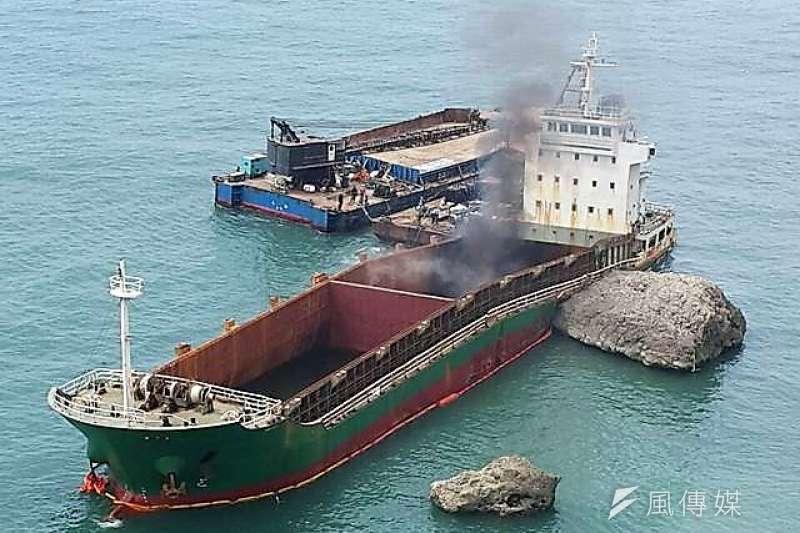 「順泓」輪進行船舶殘存油抽除及管路拆除時不慎引發火花,經施工人員以預備之滅火器撲滅,現場工作人員均未損傷。(圖/徐炳文攝)