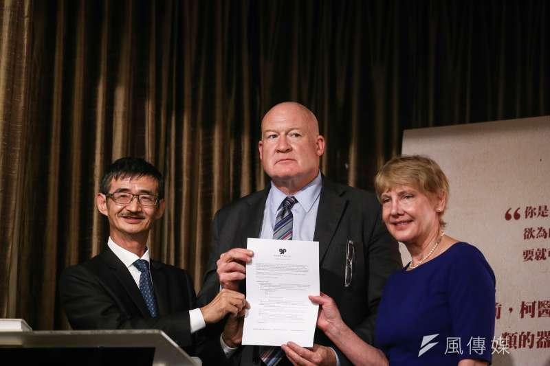 20181002-《屠殺》作者伊森.葛特曼來台國際記者會,圖為作者伊森葛特曼與吳祥輝與出版合約合照。(陳品佑攝)