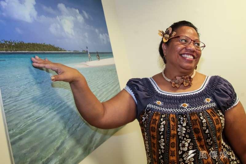 吉里巴斯大使藍黛西介紹當地的風景特色。(顏麟宇攝)