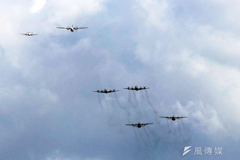 20181003-國慶日將至,負責空中分列式的C-130運輸機兩架、P-3C反潛機兩架、畢琪專機一架、福克50專機一架、幻象2000戰機三架等機型先後飛臨台北市上空進行空中分列式預演。(蘇仲泓攝)