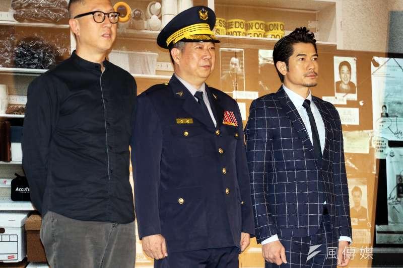 20181004-代表新北市警察局出席活動的副局長江振茂,頒發感謝狀給莊文強和郭富城,對兩人向外界宣導反詐騙表達感謝之意。(蘇仲泓攝)