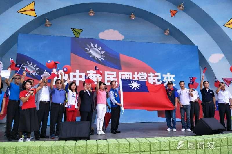 20181006-國民黨台北市長候選人丁守中今(6)日下午在青年公園舉辦「把中華民國挺起來」活動,退伍軍人團體「八百壯士」動員力挺,現場上千人揮舞國旗,呼喚藍軍歸隊。(周怡孜攝)