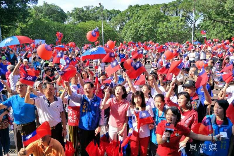 國民黨台北市長候選人丁守中6日下午在青年公園舉辦「把中華民國挺起來」活動,退伍軍人團體「八百壯士」動員力挺,現場上千人揮舞國旗,呼喚藍軍歸隊。(周怡孜攝)
