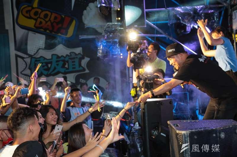 國民黨新北市長候選人侯友宜6日晚間在競選總部舉辦「最硬電音趴」,他將鴨舌帽反戴,在舞台上化身為「MC YOUYI」,大秀「反深澳」Rap。(顏麟宇攝)