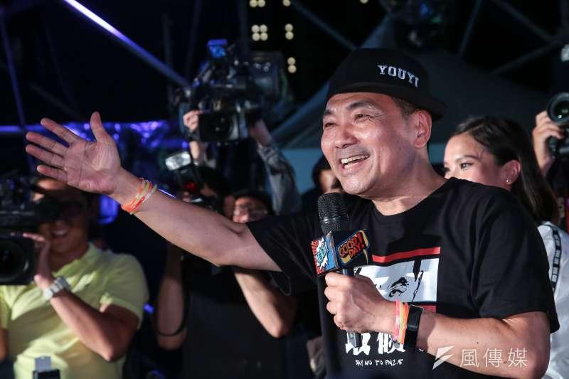 20181006-侯友宜市民總部6日舉辦「最硬電音趴」,侯友宜本人也上台與年輕群眾互動。(顏麟宇攝)