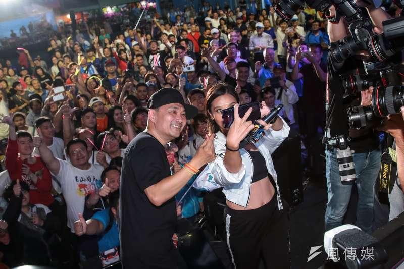 20181006-侯友宜市民總部6日舉辦「最硬電音趴」,侯友宜本人也上台與 DJ Cookie 及年輕群眾互動合影。(顏麟宇攝)