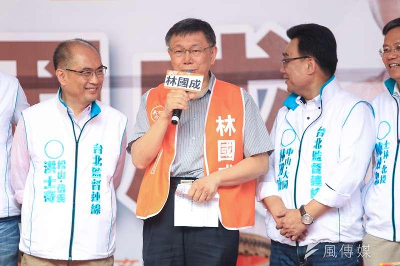台北市長柯文哲(中)7日出席台北市議員林國成(右)競選連任總部成立大會。(簡必丞攝)