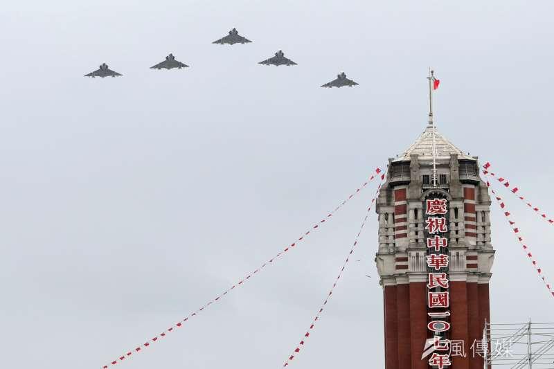 20181007-107年國慶大典預演,圖為活動最後衝場通過總統府上空的幻象2000戰機。(蘇仲泓攝)