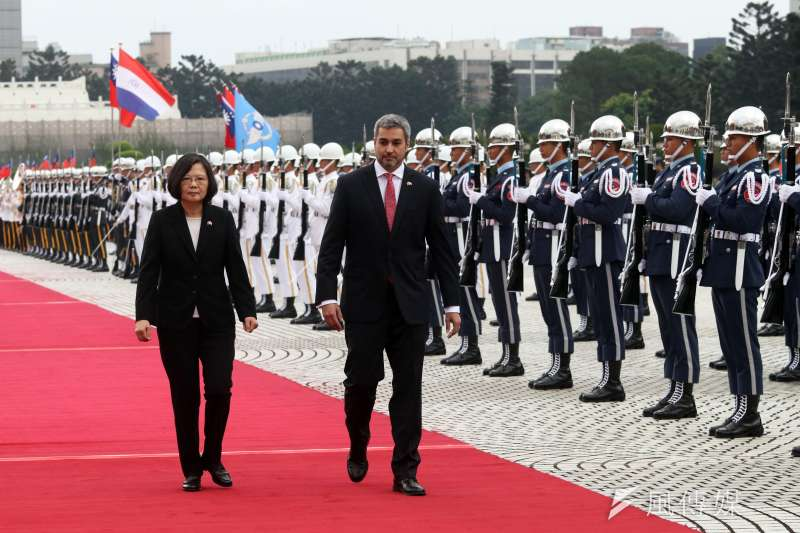 巴拉圭總統阿布鐸(右)訪台,總統蔡英文(左)在中正紀念堂兩廳院廣場以隆重軍禮歡迎。(蘇仲泓攝)