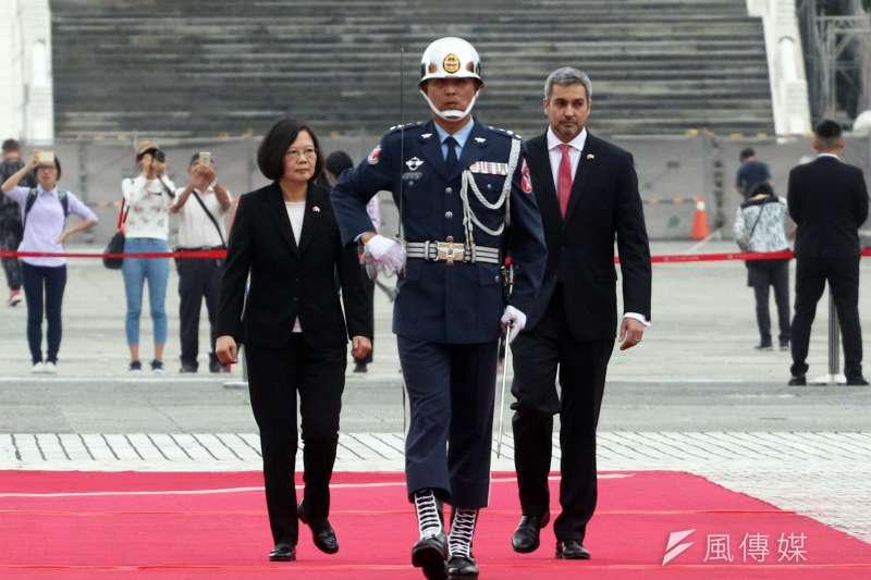 20181008_巴拉圭總統阿布鐸(右)訪台,總統蔡英文(左)在中正紀念堂兩廳院廣場以隆重軍禮歡迎。(蘇仲泓攝)