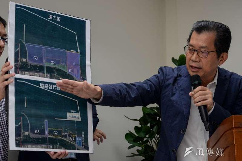 選舉前,環保署長李應元講解觀塘案修改後的差別。(甘岱民攝)