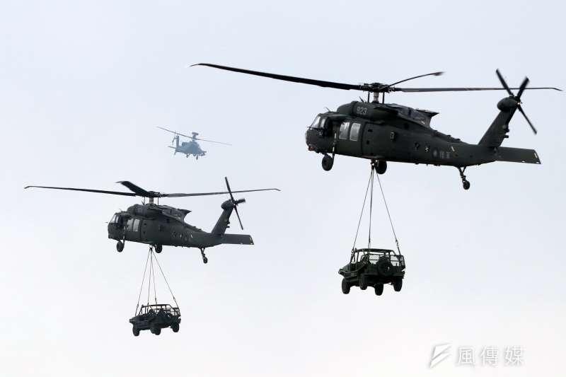 第三作戰區「地空聯合作戰」實兵演練,陸軍出動2架UH-60M黑鷹直升機,吊掛2輛特戰突擊車。(蘇仲泓攝)