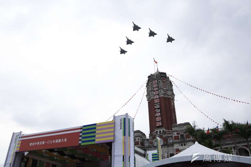 20181010- 2018年中華民國國慶大典10日於總統府前登場。活動壓軸則由5架幻象2000戰機編成任務部隊,飛越總統府上方,為國慶大會畫下完美句點。(簡必丞攝)