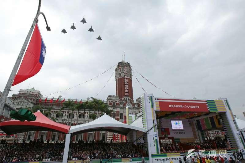 20181010- 2018年中華民國國慶大典10日於總統府前登場。活動壓軸則由5架幻象2000戰機編成任務部隊,飛越總統府上方,為國慶大會畫下完美句點。(顏麟宇攝)