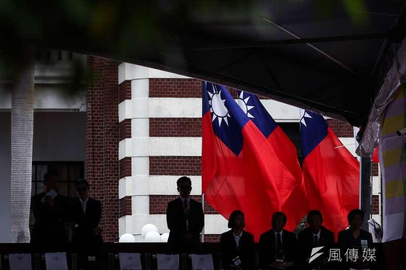 臺灣地區的泛藍陣營的重要政治人物一個接一個地赴大陸地區參觀、訪問。  然而,這些人卻時常會被民主進步黨的黨員和其他鼓吹臺灣共和國的人士質疑:他們是否鬥敢在例如位於北京市東城區東皇城根南街84號的中國國民黨革命委員會中央委員會(簡稱民革)歡呼中華民國(萬歲)、揮舞國旗和齊唱國歌?(資料照,陳品佑攝)