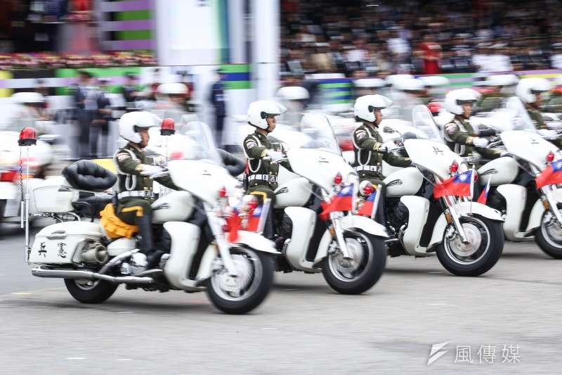 2018年國慶大典今天登場,憲兵快反連以重機花式演出入場。(陳品佑攝)