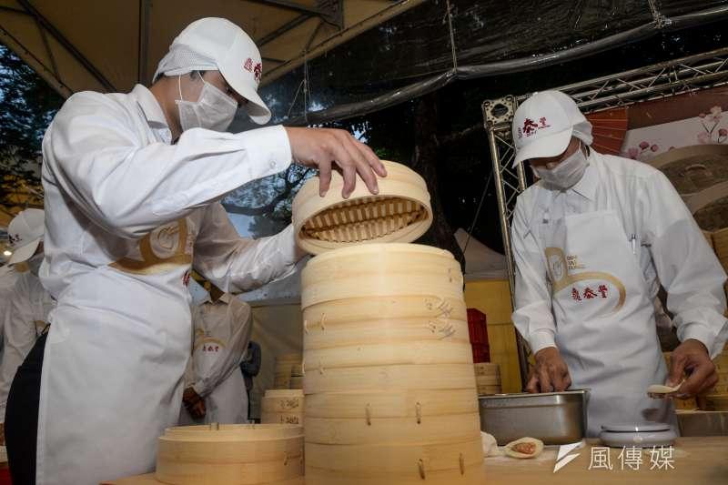 20181010-國慶酒會,鼎泰豐的廚師製作小籠湯包。(甘岱民攝)