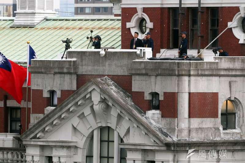 20181010-總統府前10日舉行國慶大典,觀禮台上冠蓋雲集,除了地面上由憲、警等維安人員組成的安全網,在總統府左右兩側的樓頂,還設置有特勤中心的反狙擊組人員。(蘇仲泓攝)
