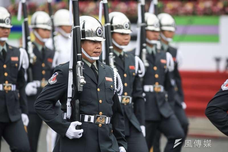 20181010- 2018年中華民國國慶大典於10日上午登場,三軍樂儀隊花式操槍、憲兵指揮部快反連的重機變化隊形等暖場表演。(簡必丞攝)