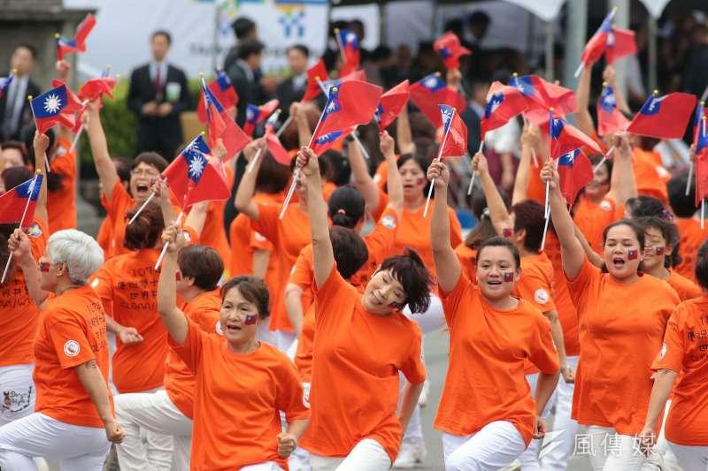 20181010- 2018年中華民國國慶大典於10日上午登場,今年國慶活動以「2018 台灣共好」為主題。大會安排美國加州排舞協會表演開場。(顏麟宇攝)