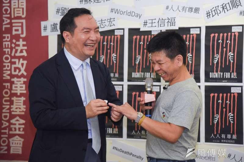20181010-律師羅秉成(左)為平反死囚鄭性澤(右)戴上死刑平反戒指。(羅紹文攝)