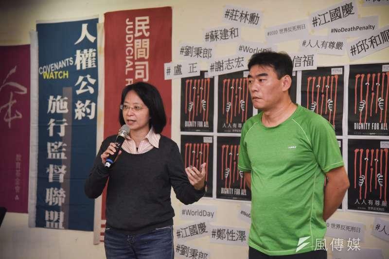 20181010-台灣廢除死刑推動聯盟10日舉行「在。不在。」講座,平時關注死刑的作家張娟芬(左)到場分享。(羅紹文攝)