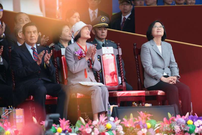 2018年中華民國國慶大典10日上午於總統府前登場。總統蔡英文(右1)在上午國慶演講中,高舉台灣民主價值,強調「台灣的民主也許吵吵鬧鬧,但我們一向因台灣而團結,因團結而堅強。」(顏麟宇攝)
