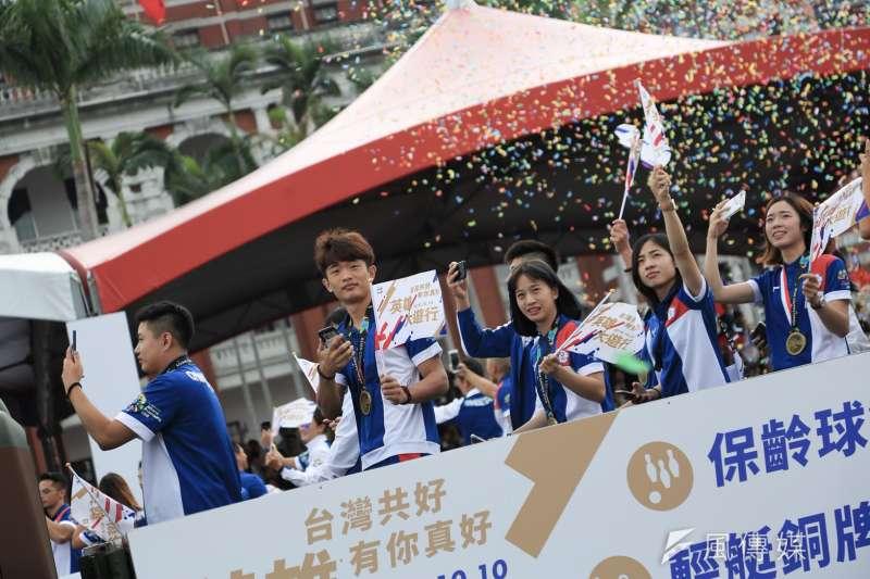 20181010- 2018年中華民國國慶大典10日上午於總統府前登場。花車遊行嘉年華,由在印尼亞運表現出色的中華代表團選手領軍,邀民眾一起上街為台灣英雄喝采。亞運英雄遊行。(簡必丞攝)