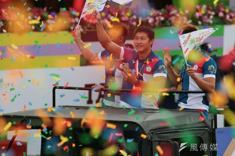 20181010- 2018年中華民國國慶大典10日上午於總統府前登場。花車遊行嘉年華,由在印尼亞運表現出色的中華代表團選手領軍,邀民眾一起上街為台灣英雄喝采。亞運英雄遊行。(顏麟宇攝)