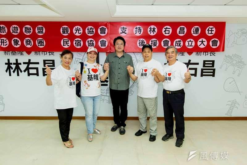 基隆地區四大旅遊業成立後援會,林右昌到場頒發聘書及授旗。(圖/張毅攝)