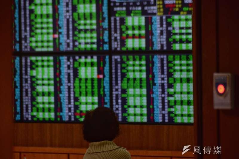 今天八大類股通殺,集中市場跌停家數達281家、櫃買市場跌停277家,盤面一片慘綠。(資料照,甘岱民攝)