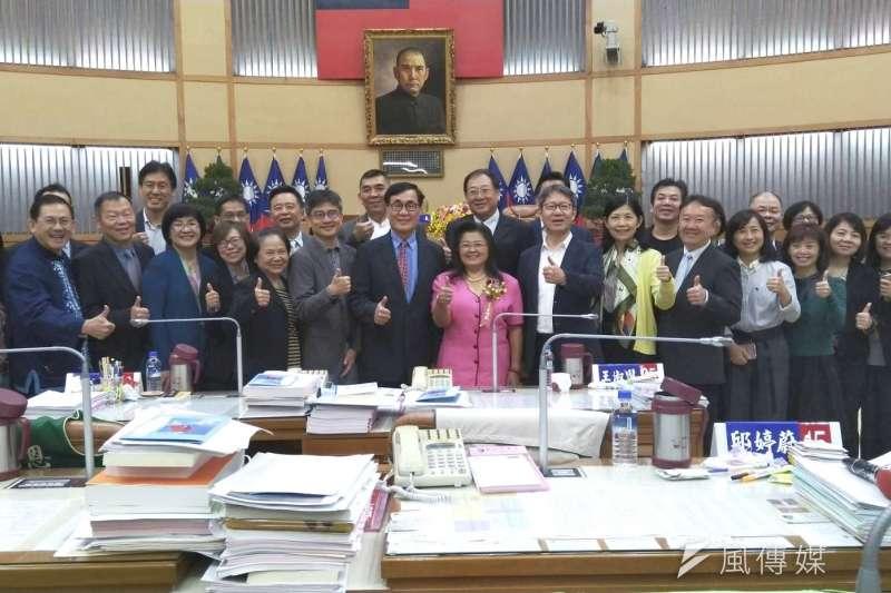 王明麗(中)宣誓就職遞補新北議員,她表示未來會更積極爭取地方建設,並力拼連任為選民服務。(圖/李梅瑛攝)